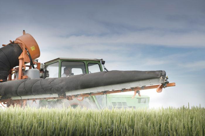 traktor med en växtskyddsspruta
