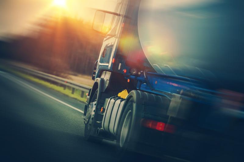 Lastbil i kvällsjus