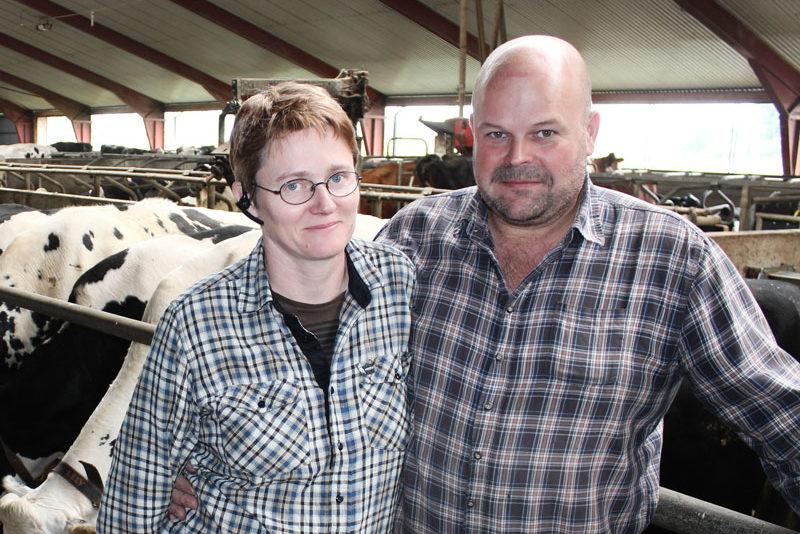 Två lantbrukare i kostall