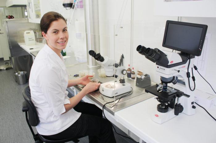 Kvinna i laboratorie