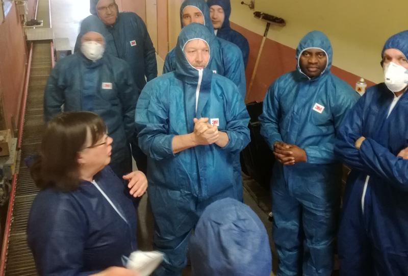 Människor i blå overaller