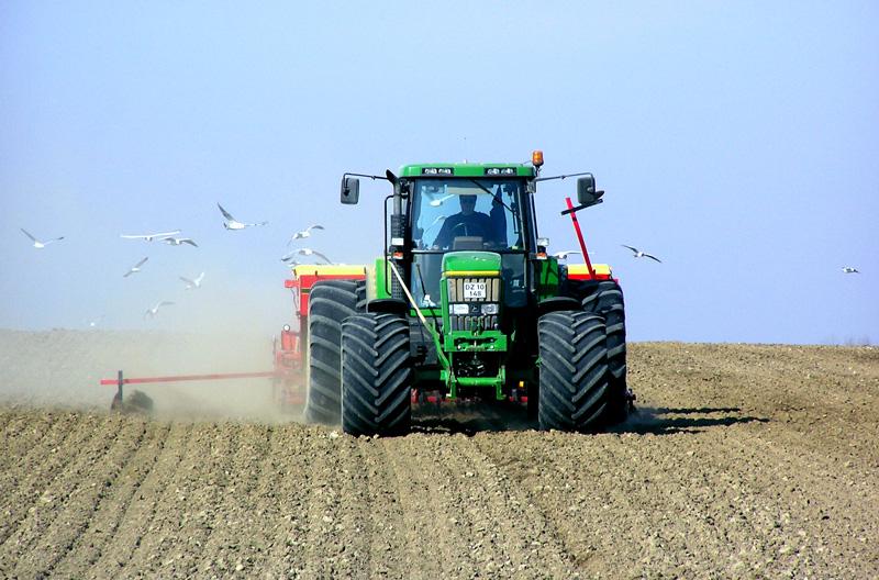 Grön traktor på fält
