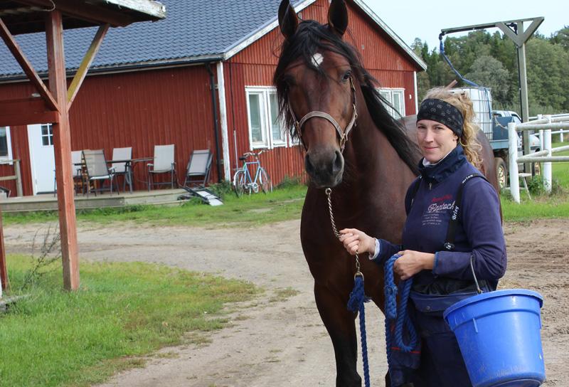 Travtränaren Anna Forssell med en av sina travhästar
