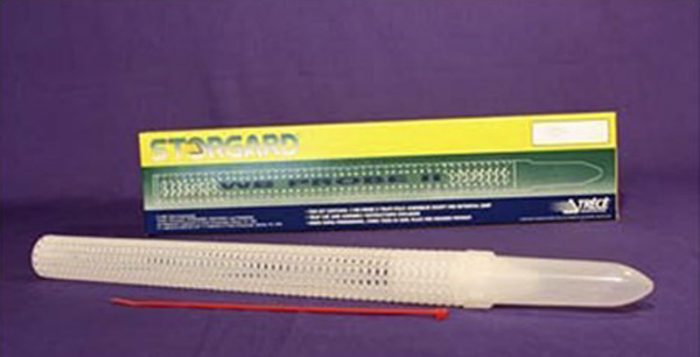 Bild på fångtrör för spannmålsbaggar och plattbaggar. Utförande helt i plast med fångstcylinder längst ner. Röret utrustas med feromonkapsel eller lockbete efter önskad art.
