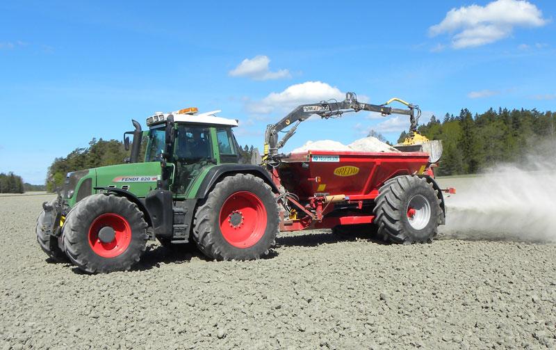 En traktor som kalkar ett fält