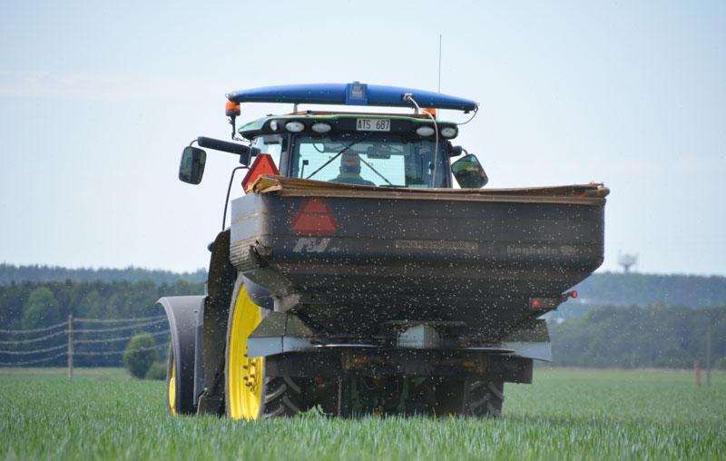 En traktor på en åker
