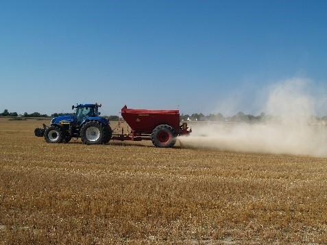 Traktor på stubbåker som kalkar