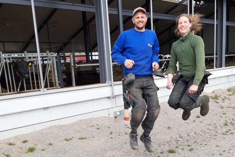 Lena och Niklas Stang hoppar framför sin ladugård