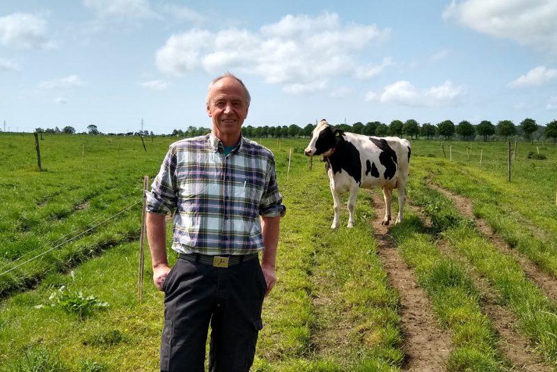 Mjölkbonden Anders i kohagen med en svartvit ko