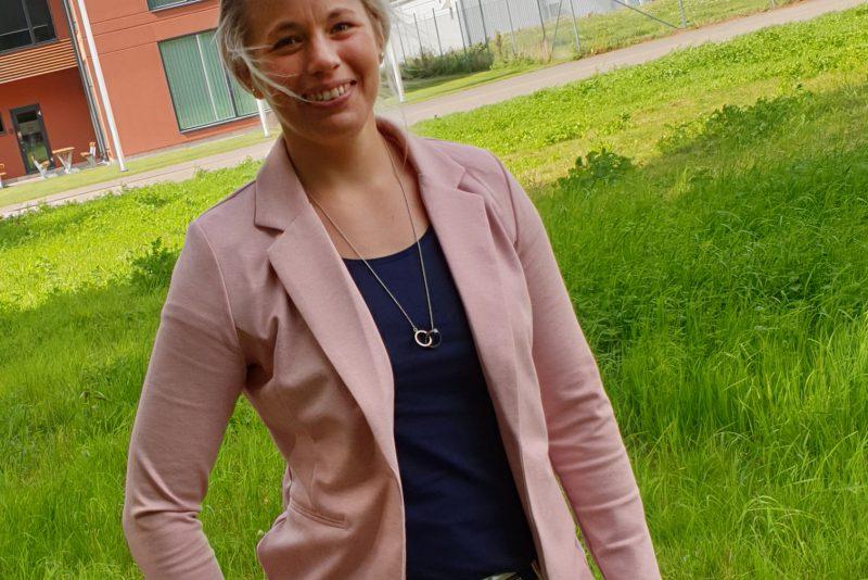 Rebecca Nilsson utanför Svenska Foders huvudkontor