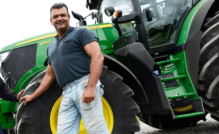 Martin Sortkilde framför traktorn