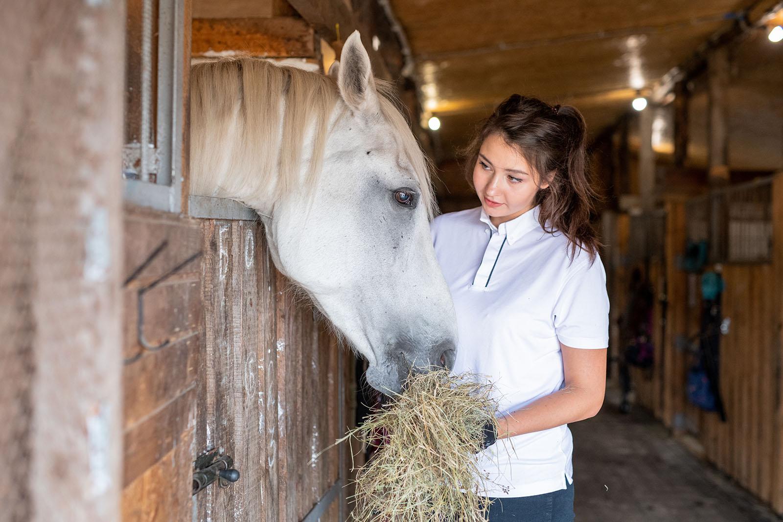 Tjej med häst