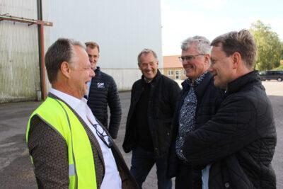 Styrelsen utanför fabriken Västerlösa