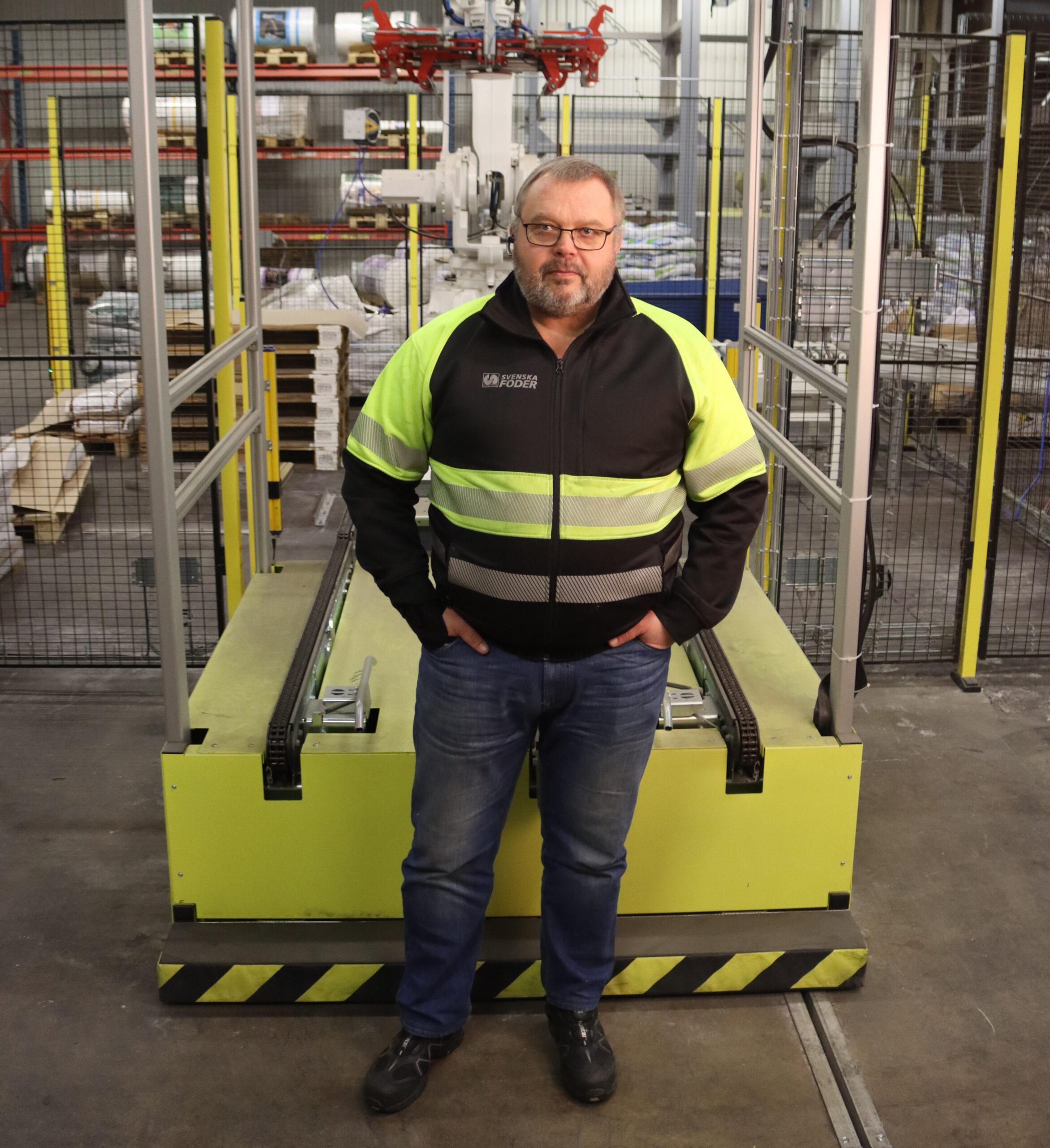 Mikael Lidholm vid nya säckmaskinen i Hällekis